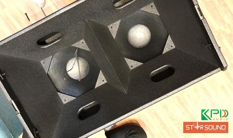 Nhìn từ trên xuống thấy rõ phàn khung loa có 2 ngăn dành cho bass và treble loa