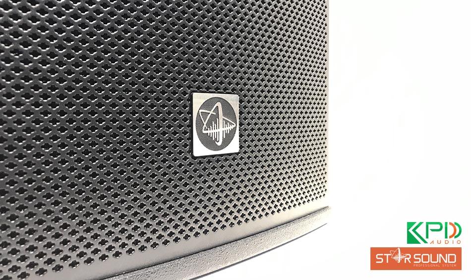 Lưới loa được làm từ vật liệu cao cấp, logo rõ ràng, thiết kế đẹp mắt