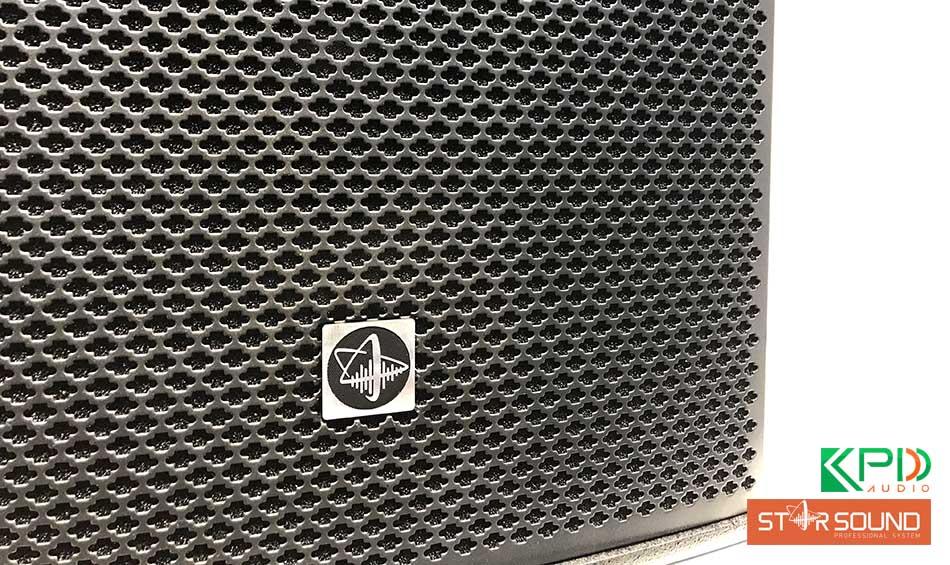 Lưới loa cao cấp, bền bỉ cùng logo đẹp mắt phía trước loa